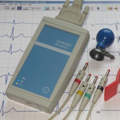 Electrocardiograf digital de 12 derivacions simultanies basat en ordinador
